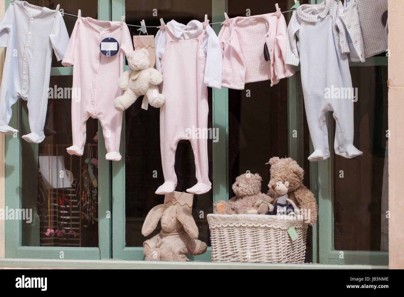 best loved 2528c 55b28 kleine baby strampler auf der wäscheleine im schaufenster ...