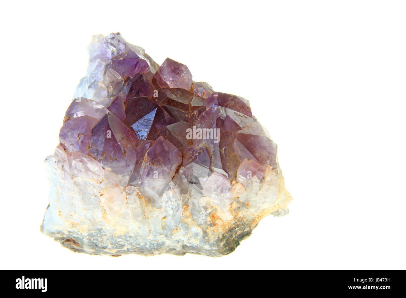 Amethyst-Kristalle vor weißem Hintergrund - Stock Image