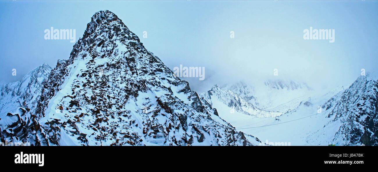 In der Bergwelt des Stubaier Gletschers in Tirol, steile schneebedeckte Berge und Schneefall  In the mountain world - Stock Image