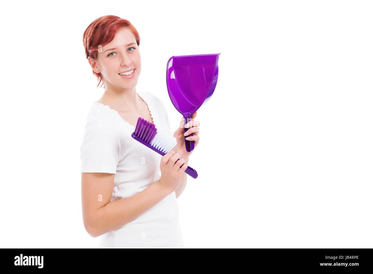 glückliche junge frau mit besen und schaufel vor weißem hintergrund - Stock Image
