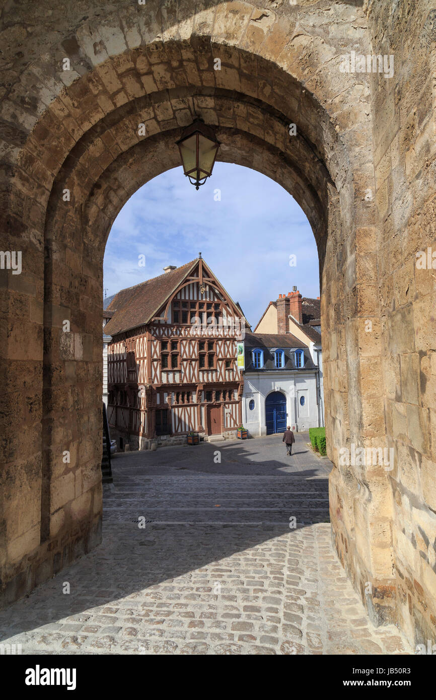 France, Yonne (89), Joigny, maison dite du Bailli vu au travers de la Porte Saint-Jean // France, Yonne, Joigny, Bailli house seen through the Porte S Stock Photo