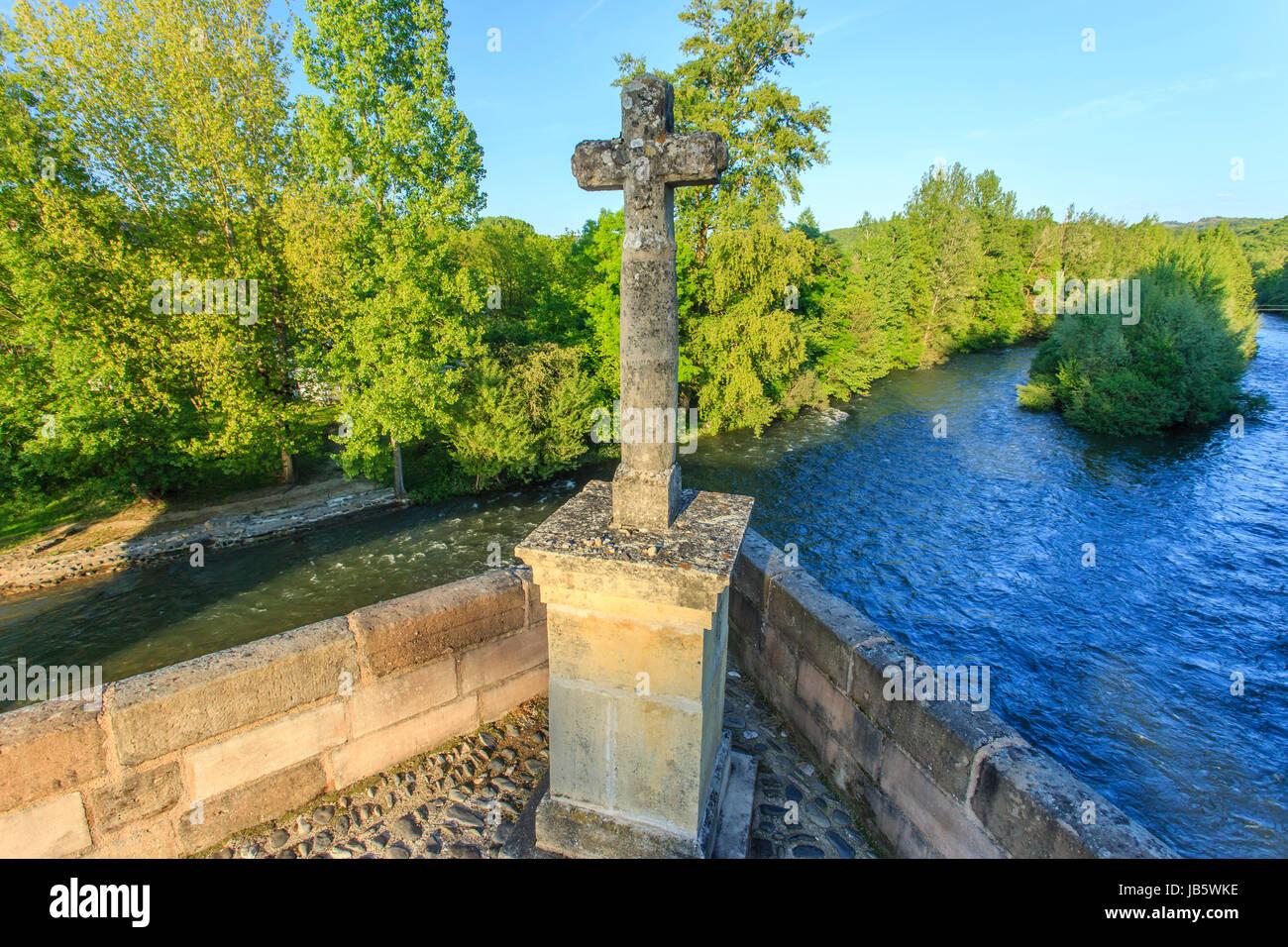France, Aveyron (12), Saint-Côme-d'Olt, labellisé Les Plus Beaux Villages de France, croix au milieu du pont sur Stock Photo