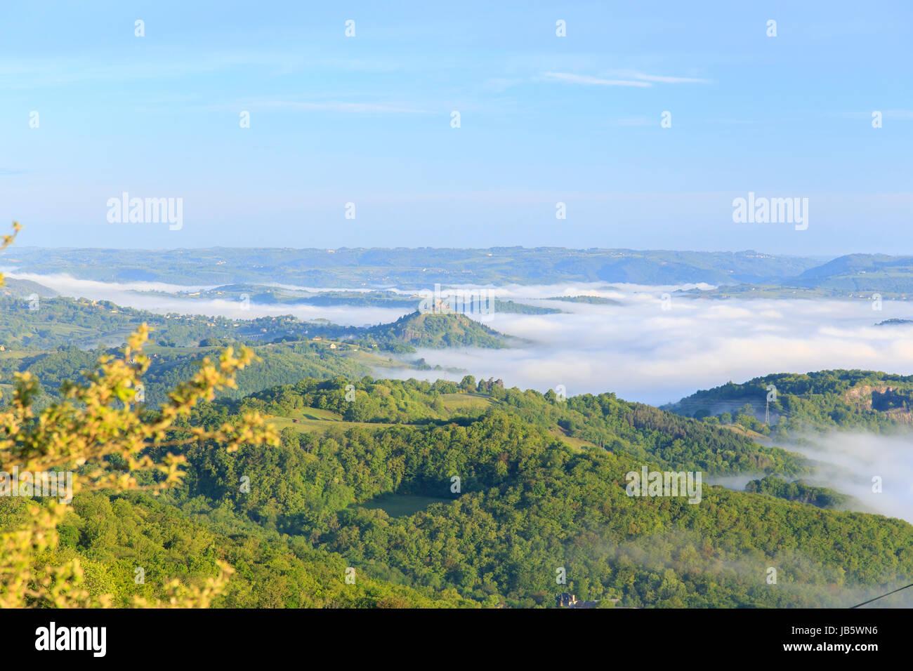 France, Aveyron (12), Lassouts, brumes sur la vallée du Lot le matin au dessus de Saint-Côme-d'Olt - Stock Image