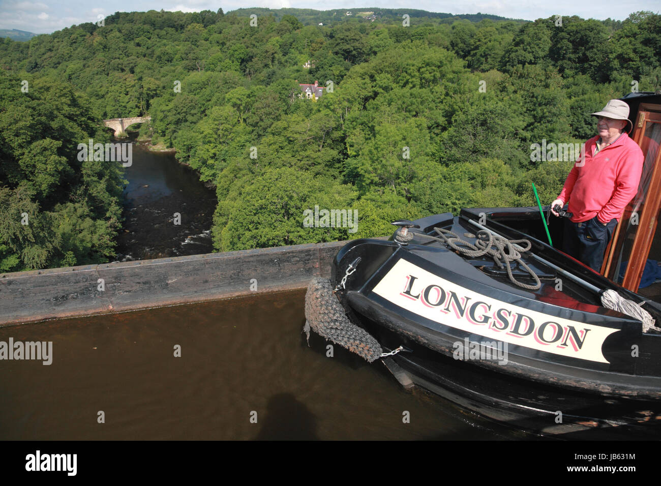 The view from Pontcysyllte Aqueduct looking down on the river Dee and the bridge at Froncysyllte, towards Llangollen - Stock Image
