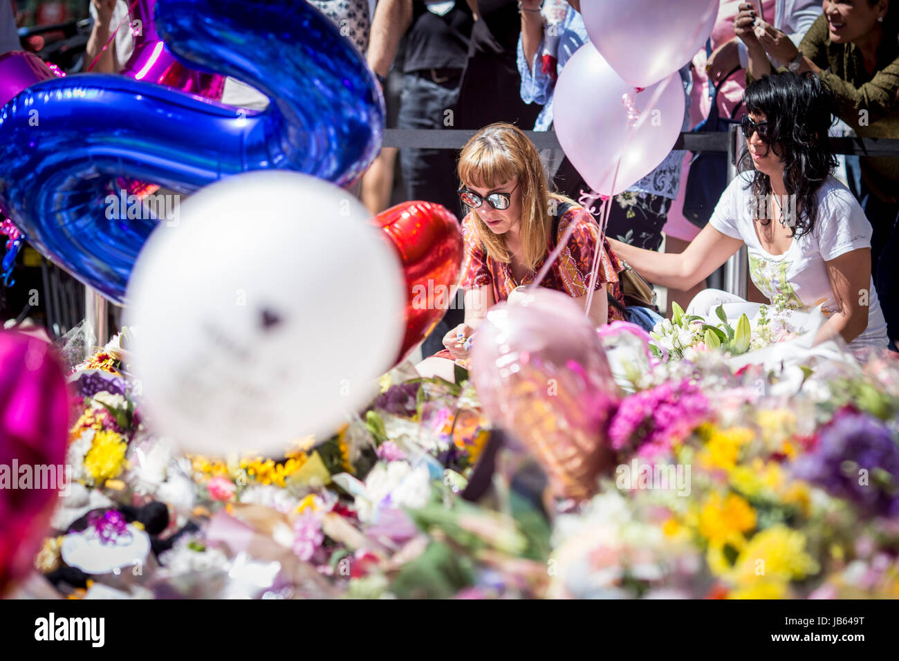 Sea of flowers and balloons in St Ann's Square , Manchester , (Friday 26th May 2017) as people gather to remember Stock Photo