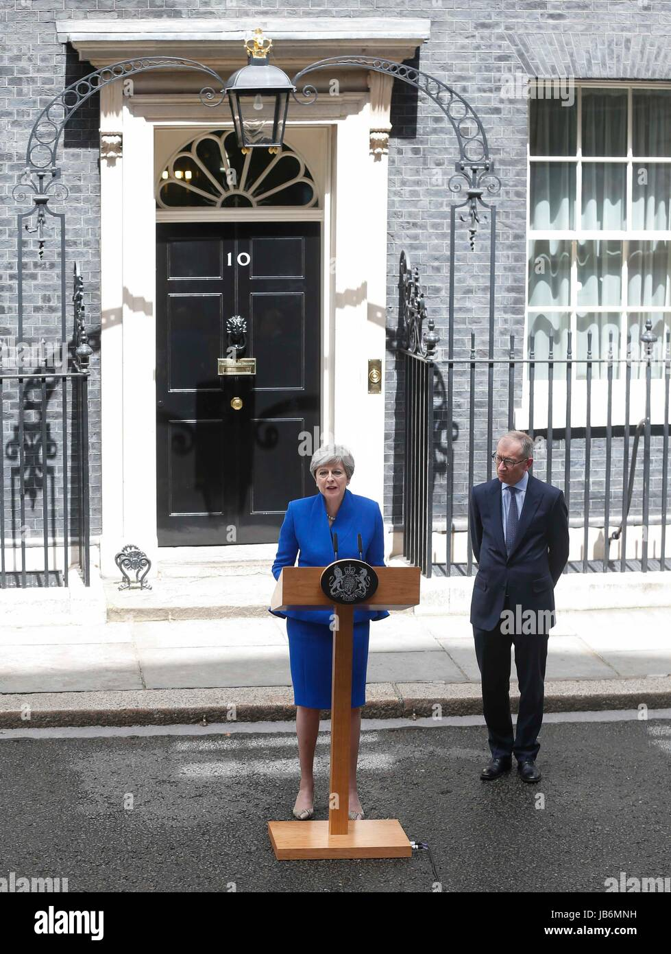 London, UK. 9th June, 2017. British Prime Minister Theresa May (L) gives a speech after a 15-minute audience at - Stock Image