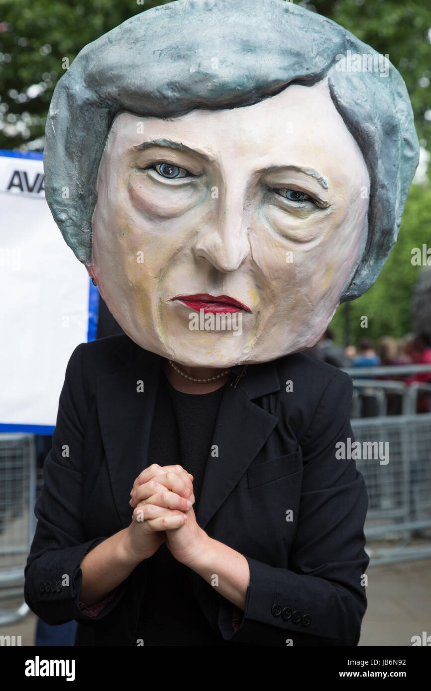 London, UK. 9th June, 2017. Campaigners from global citizens´ movement Avaaz demonstrate outside the gates - Stock Image