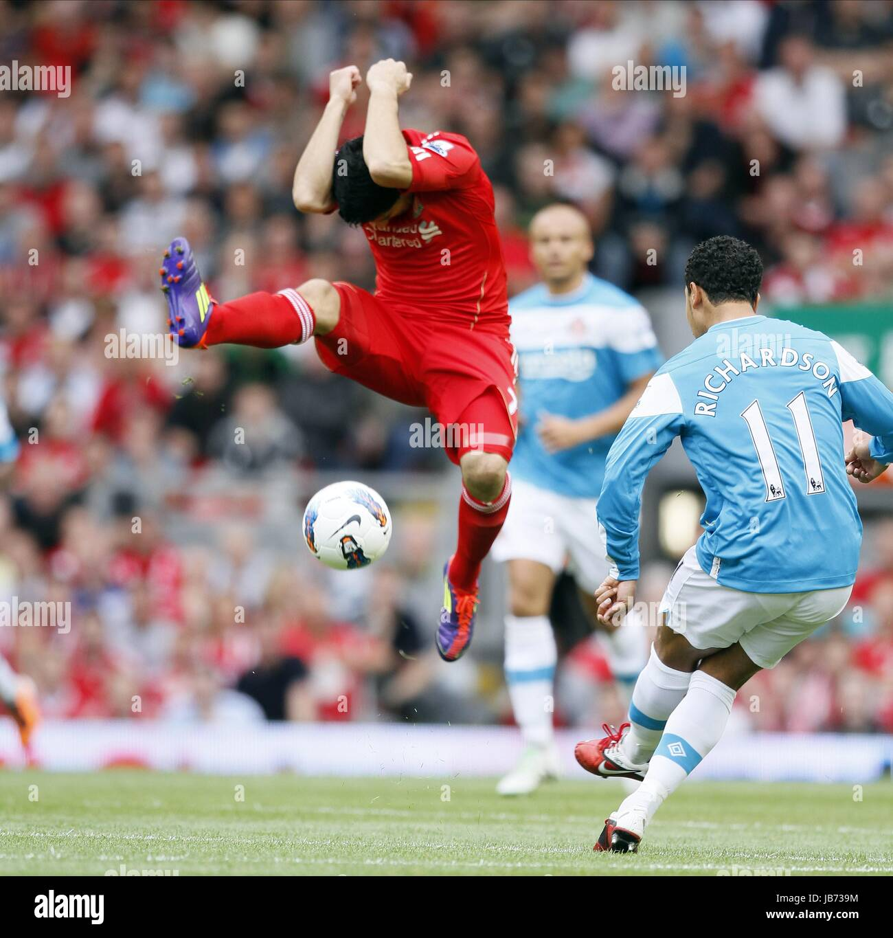 LUIS SUAREZ CHARGES DOWN KIERA LIVERPOOL V SUNDERLAND FC ANFIELD LIVERPOOL ENGLAND 13 August 2011 - Stock Image
