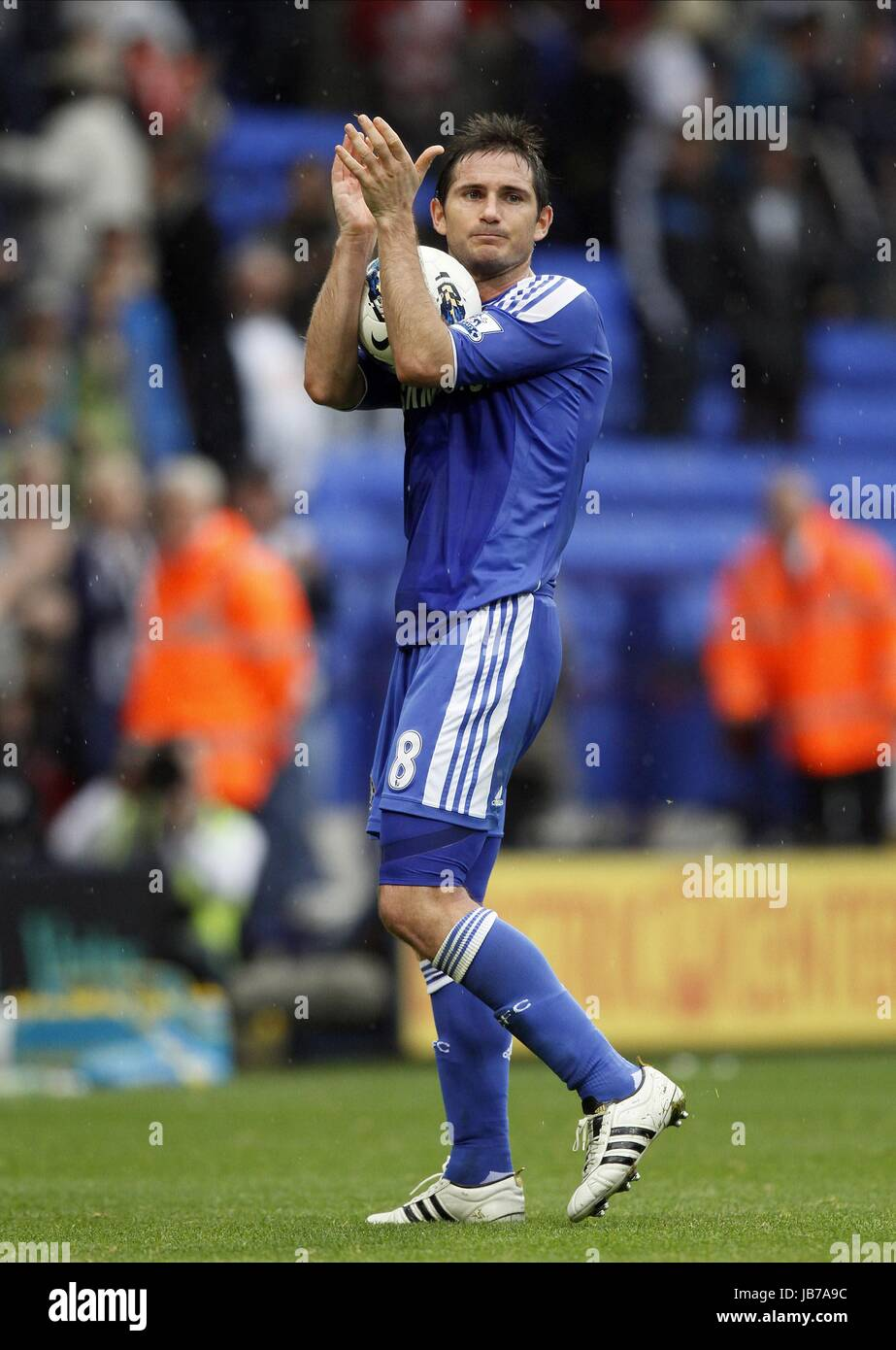 FRANK LAMPARD ACKNOWLEDGES THE BOLTON WANDERERS V CHELSEA FC REEBOK STADIUM BOLTON ENGLAND 02 October 2011 - Stock Image