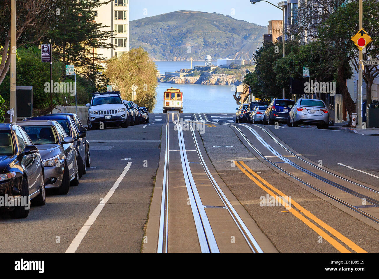 A cable car arriving at the top of a hill in San Francisco - Stock Image