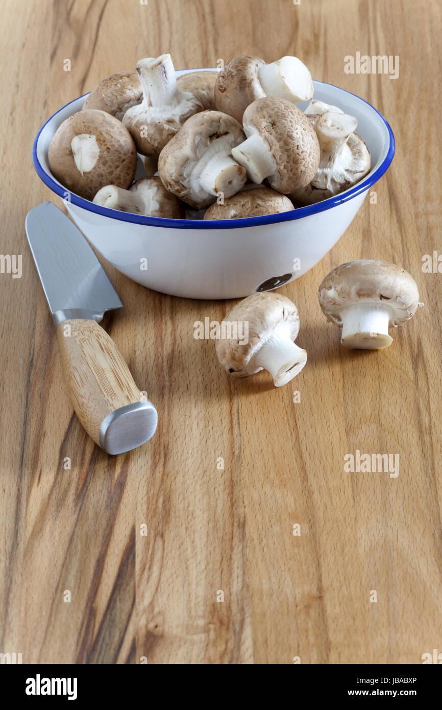 Emaille Schale mit frischen Champignons Stock Photo