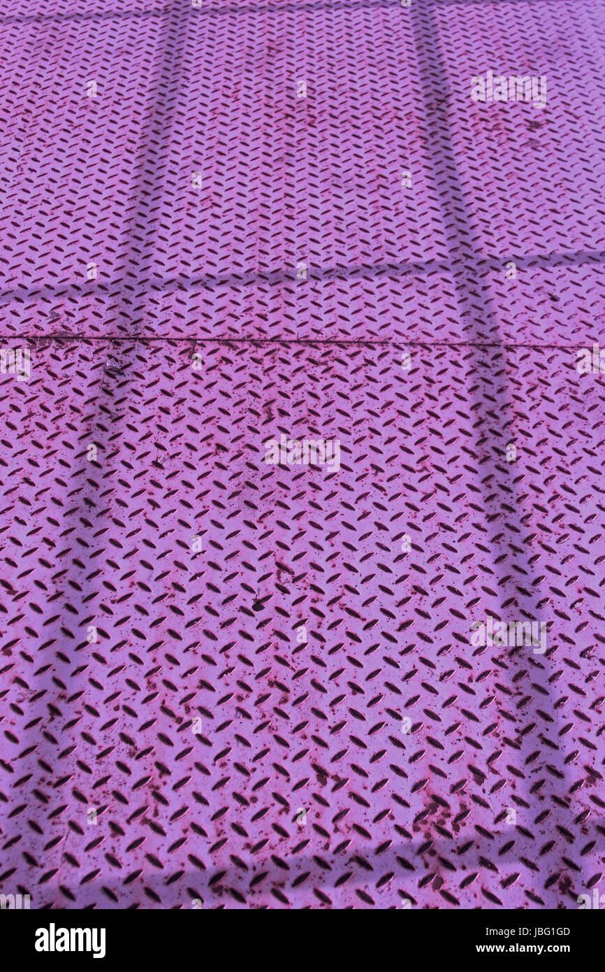 Hintergrund, violett gefärbte Riffelblechplatte Stock Photo