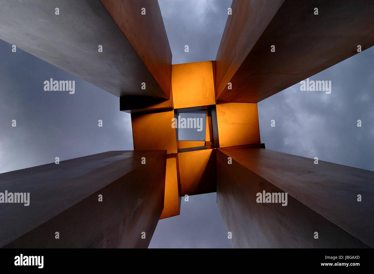 modern sculpture at night - Stock Image