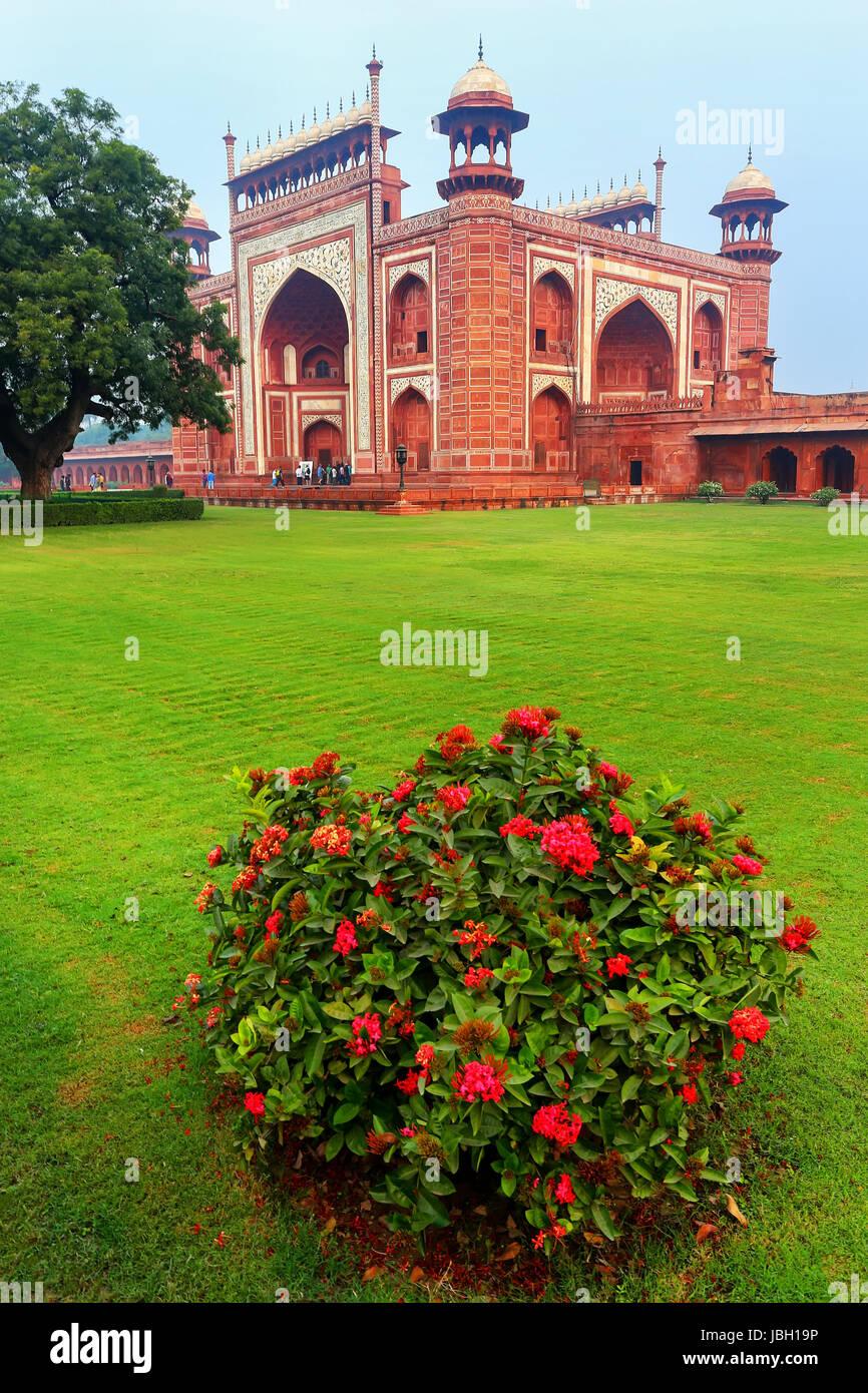 Darwaza-i-Rauza (Great Gate) in Chowk-i Jilo Khana courtyard, Taj Mahal complex, Agra, India. The gate is the main - Stock Image