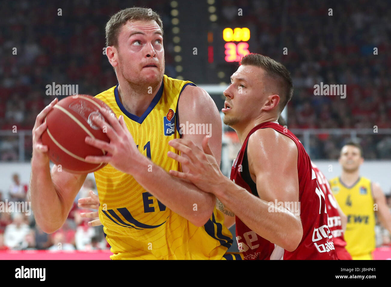 Bamberg'S Daniel Theis (r) blocks Oldenburg's Brian Qvale during the German Bundesliga basketball final - Stock Image