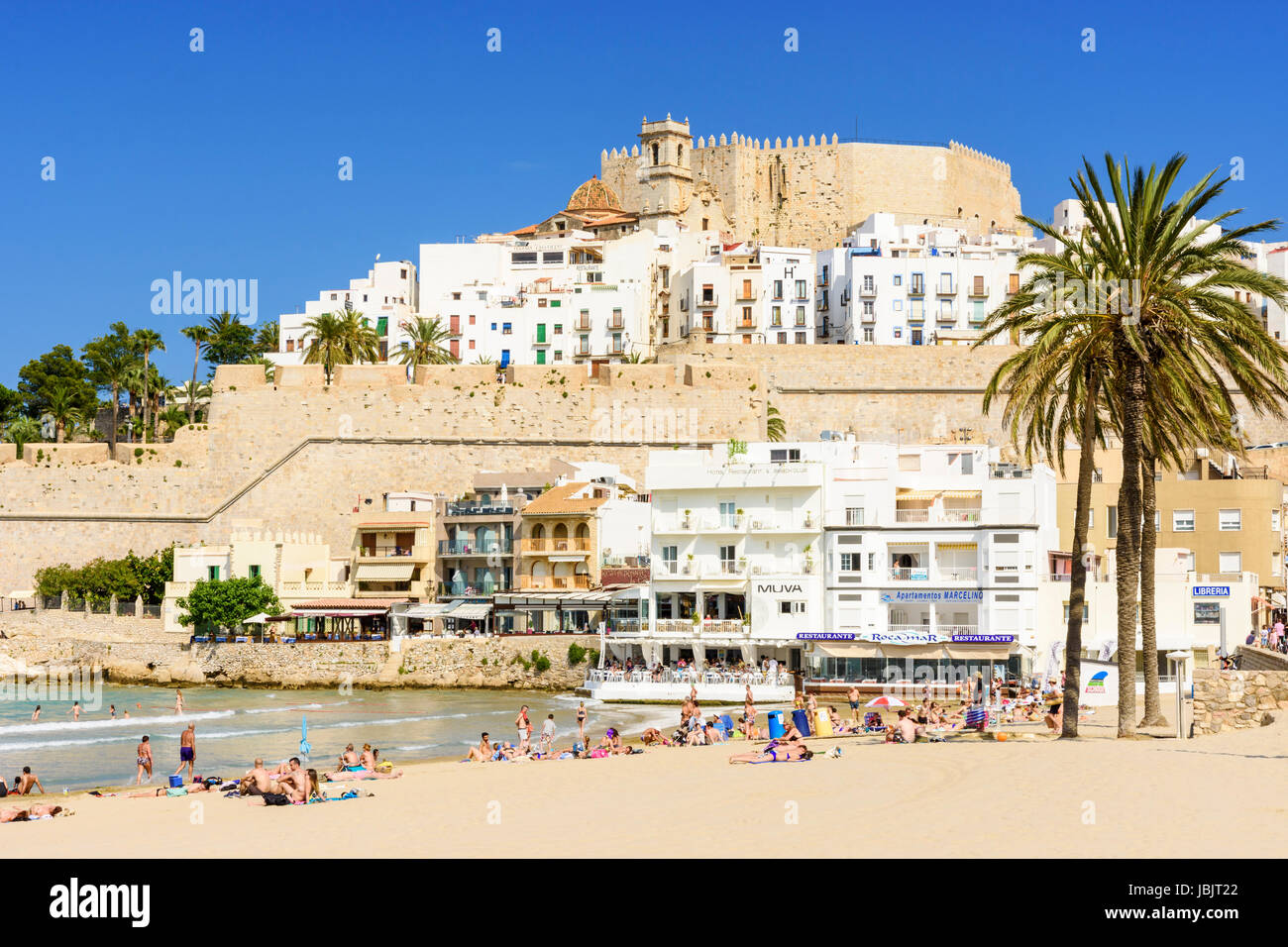 Peniscola's Papa Luna Castle and old town overlooking a people on Playa Norte beach, Peniscola, Spain - Stock Image