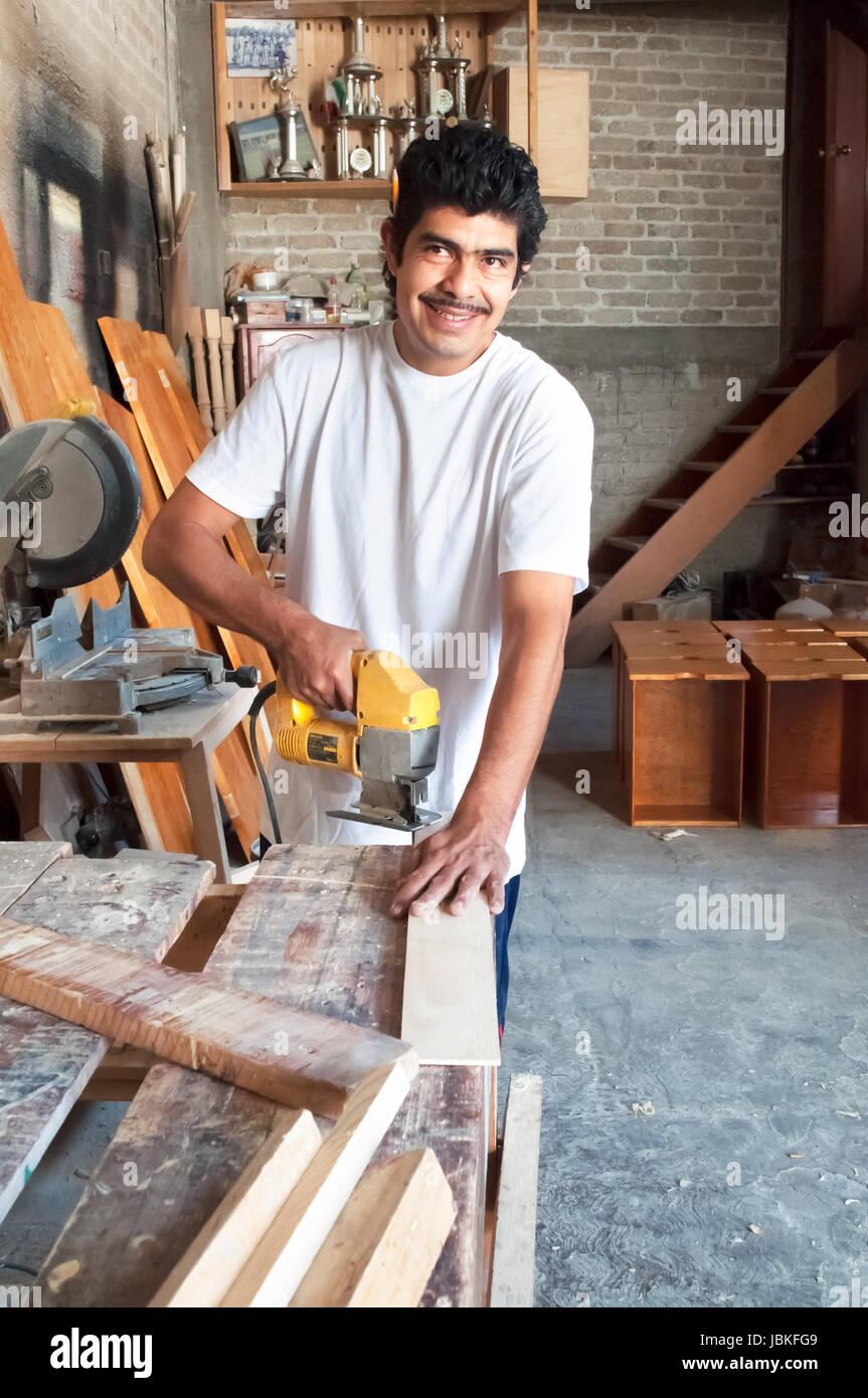 Trabajando a madera en carpintería latina - Stock Image