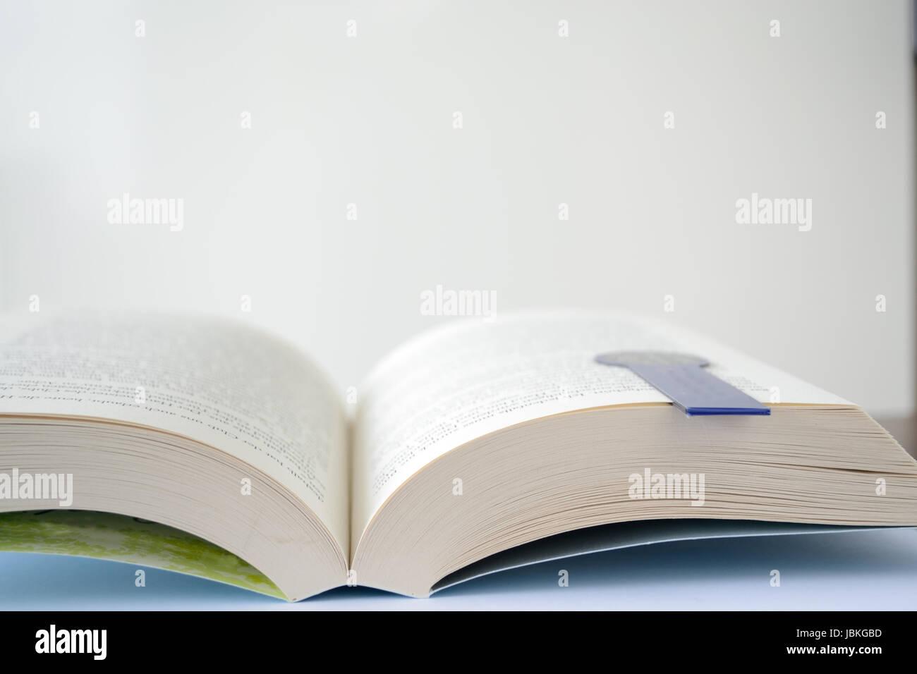 offenes Buch mit einem Lesezeichen und Textfreiraum Stock Photo