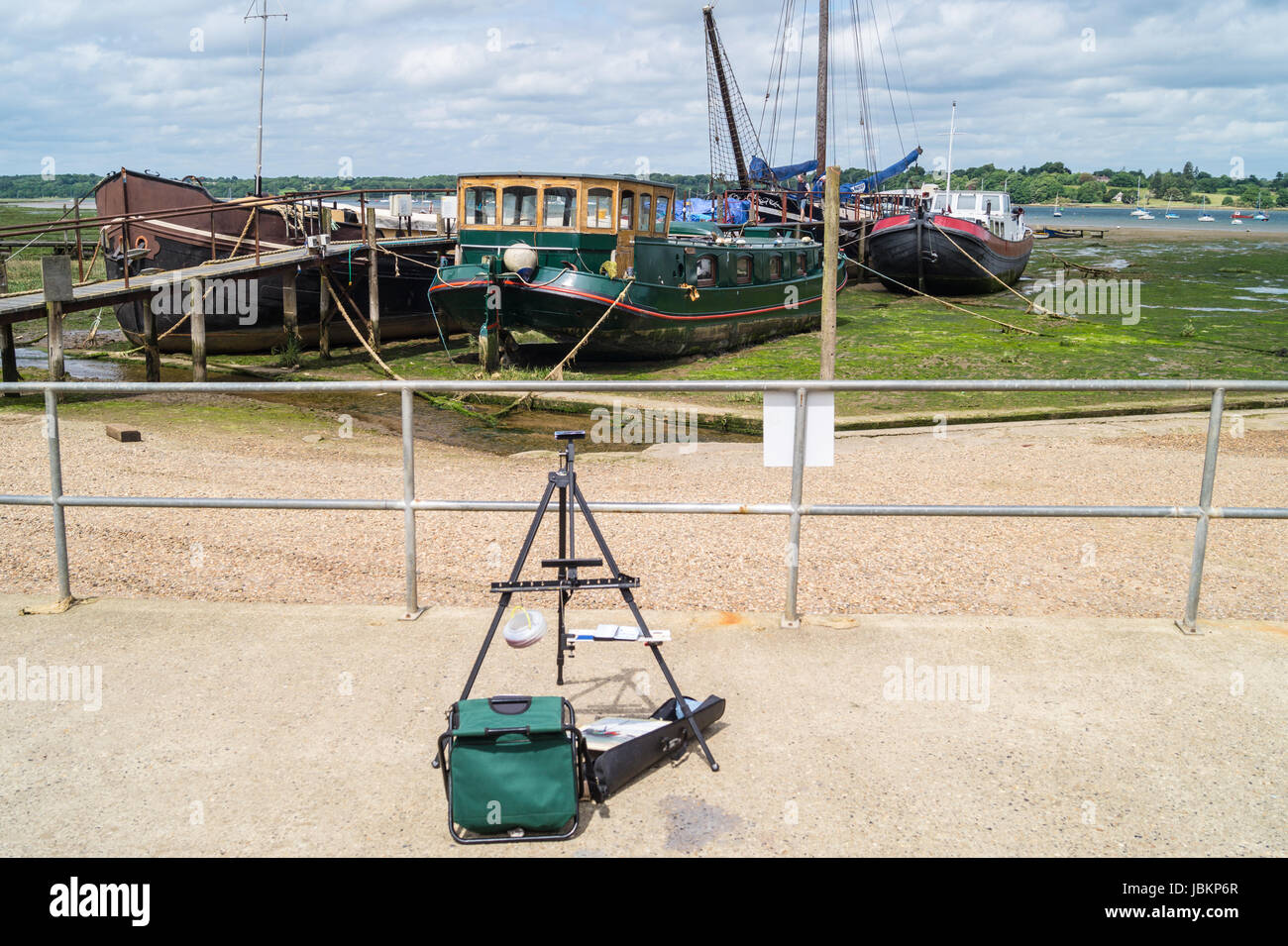 A painter's easel on the water's edge at Pin Mill, Suffolk, England - Stock Image