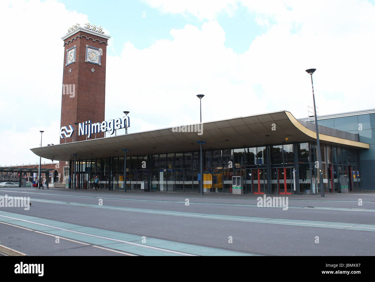 Main Railway Station in Nijmegen, Gelderland, Netherlands, designed by Dutch architect Sybold van Ravesteyn in 1954. - Stock Image