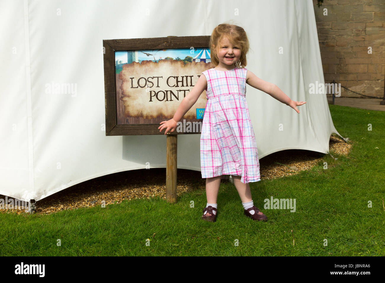 Lost child point sign: A two-year-old girl / kids / infant who appears to be lost or separated from her parents - Stock Image