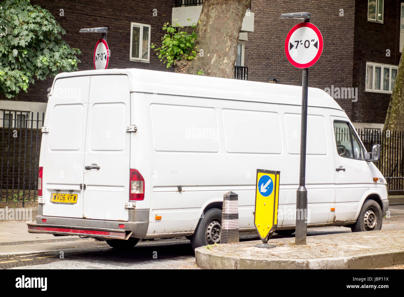 Van driving through 7' / 7 feet wide traffic width restriction measure, Regent Square, Bloomsbury, London, UK - Stock Image
