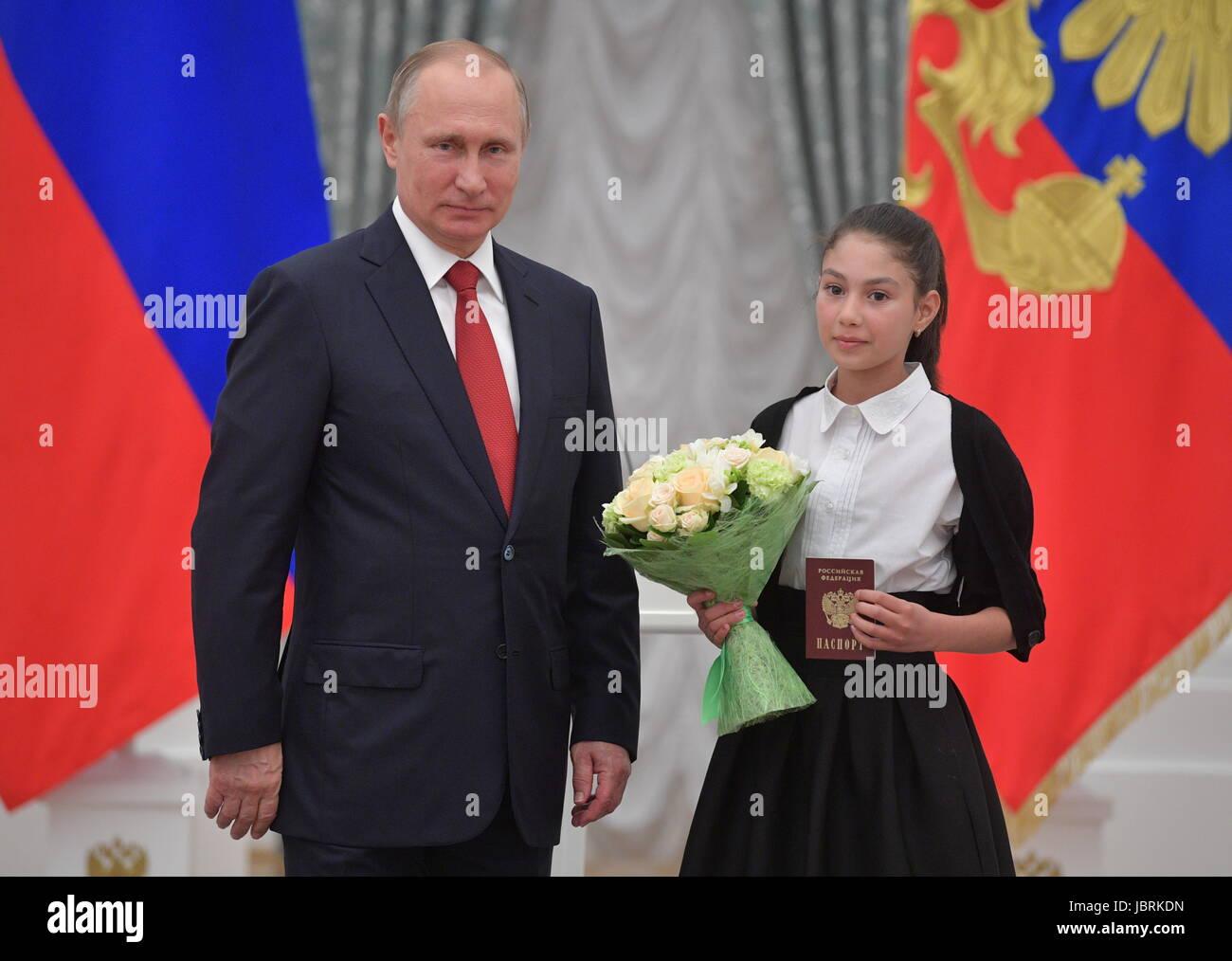 Vladimir Putin presented a Russian passport to Steven Sigalu 25.11.2016 40
