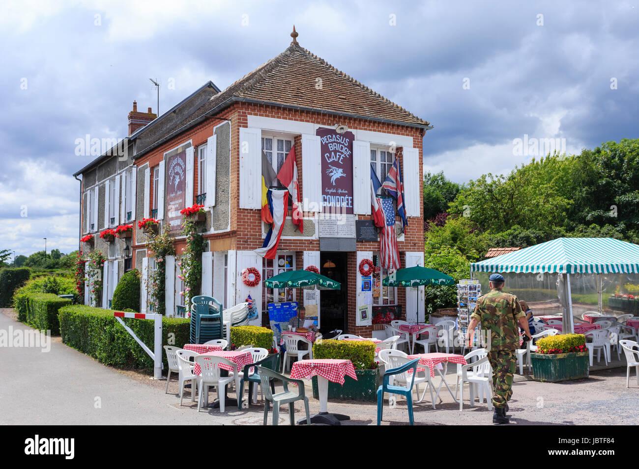 France, Calvados (14), Ranville, le café Gondrée à côté de Pegasus Bridge ou pont de Bénouville // France, Calvados, Ranville, near Pegasus Bridge, Go Stock Photo