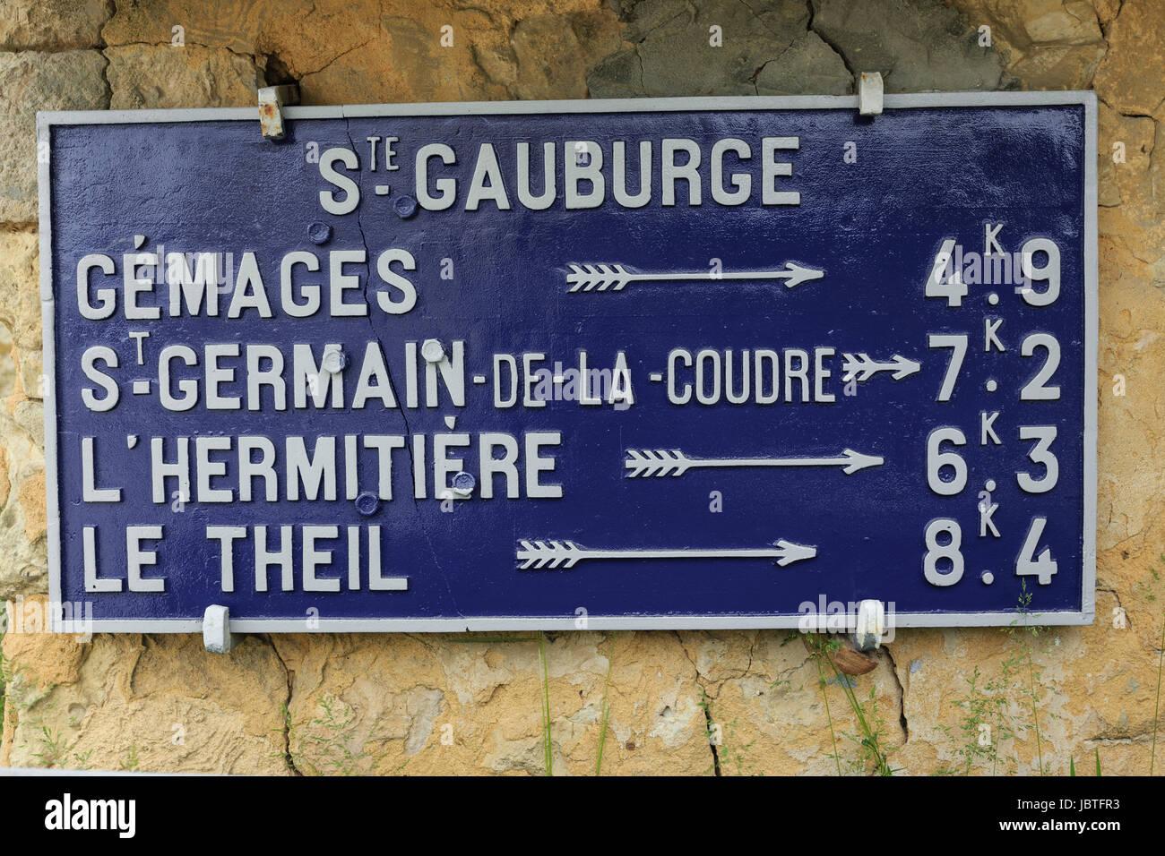 France, Orne (61), Saint-Cyr-la-Rosière, Sainte-Gauburge, ancien panneau routier encore en usage // France, - Stock Image