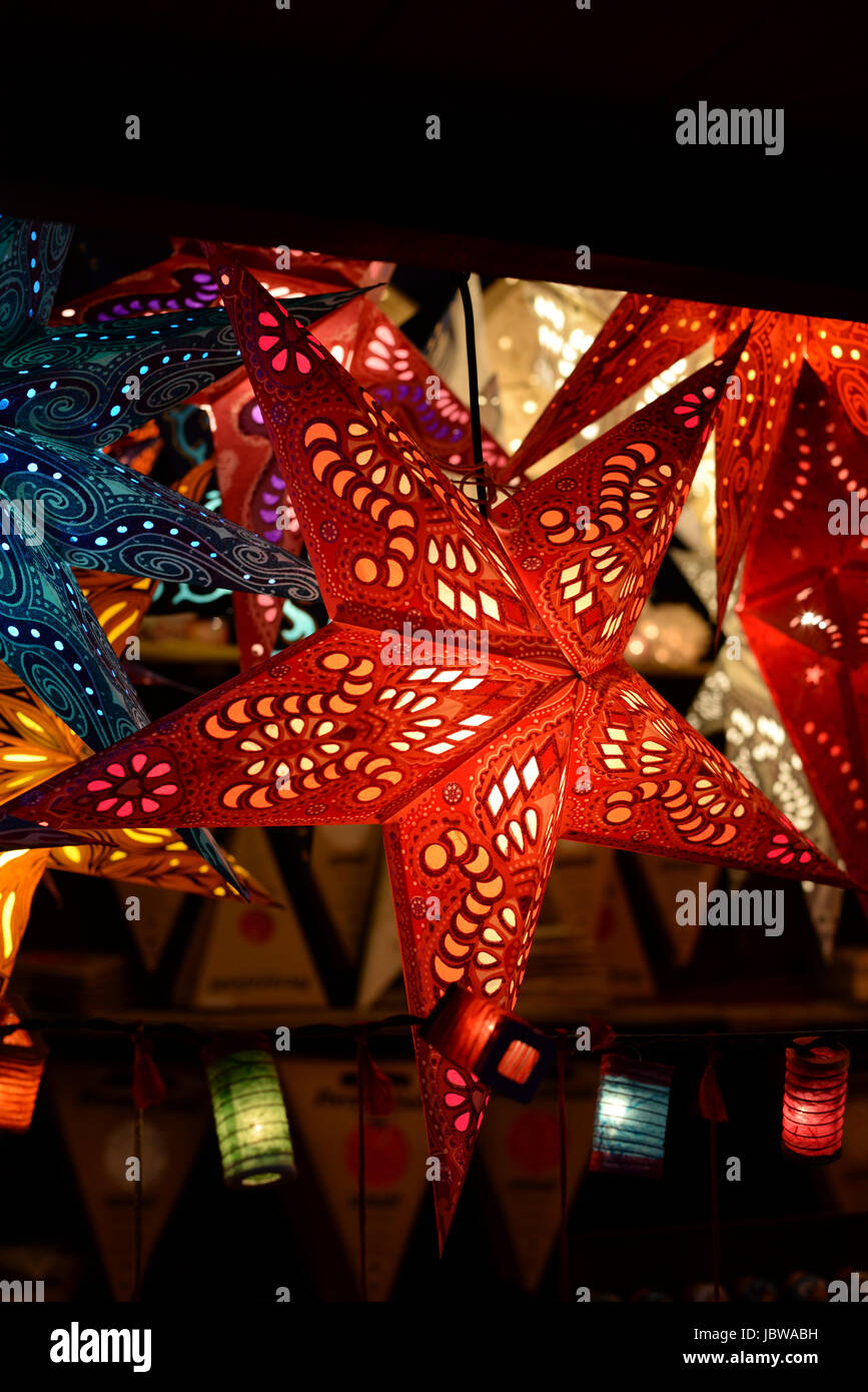 Weihnachtsbeleuchtung Bunt.Weihnachtssterne Weihnachtsstern Stern Sterne Beleuchtung Stock