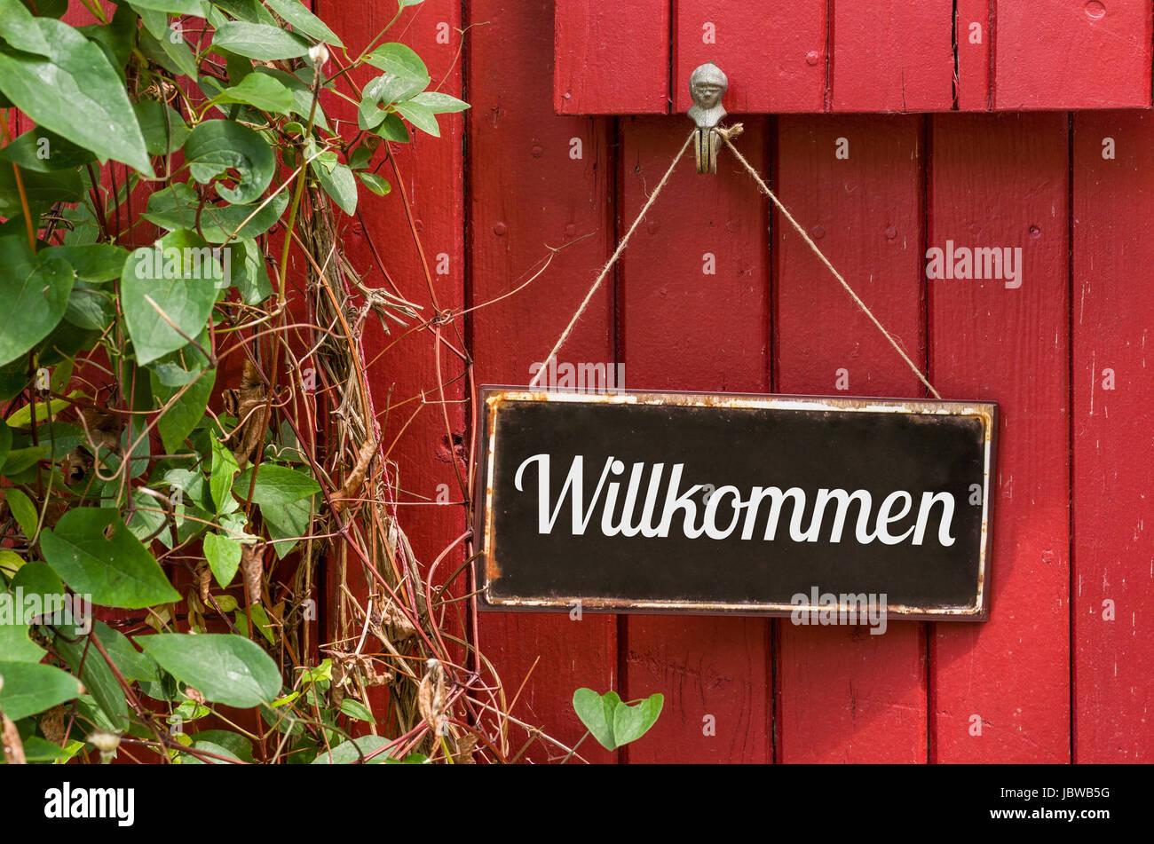 Altes Blechschild mit Aufschrift Willkommen Stock Photo