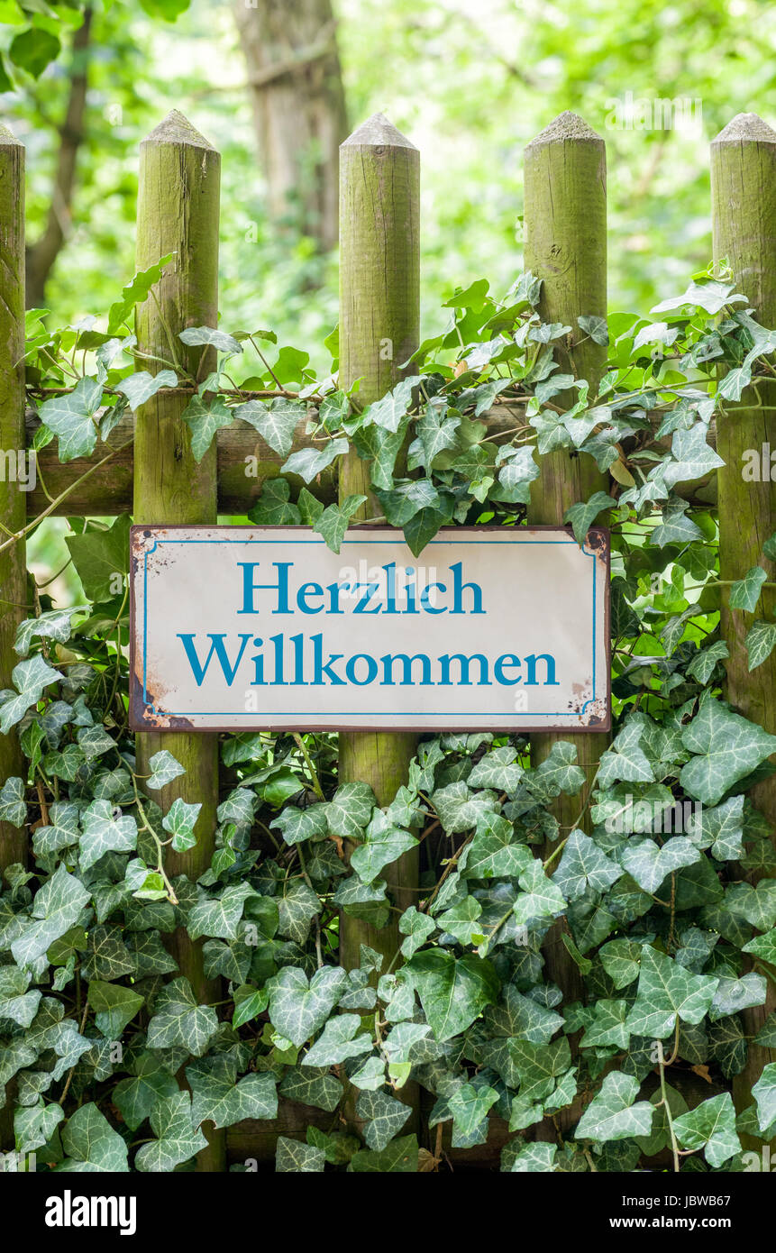 Altes Blechschild mit Aufschrift Herzlich Willkommen Stock Photo