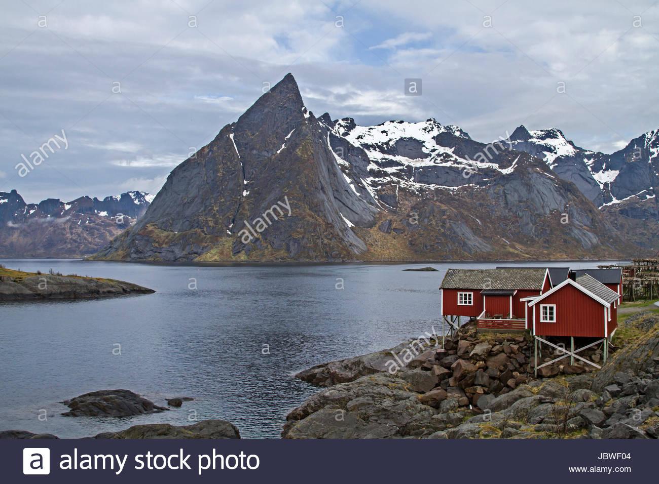 Hamnoy - idyllischer Fischerort vor den grandiosen Gipfeln der Lofotenmauer Stock Photo