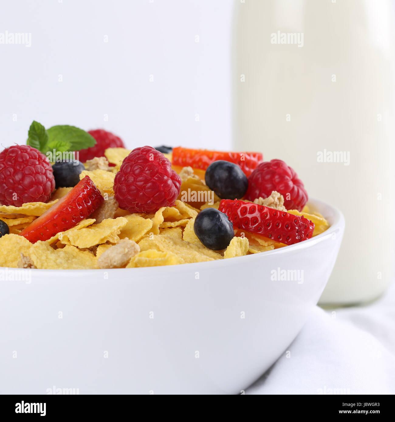 Frische Früchte wie Erdbeeren und Himbeeren mit Milch und Cornflakes zum Frühstück Stock Photo