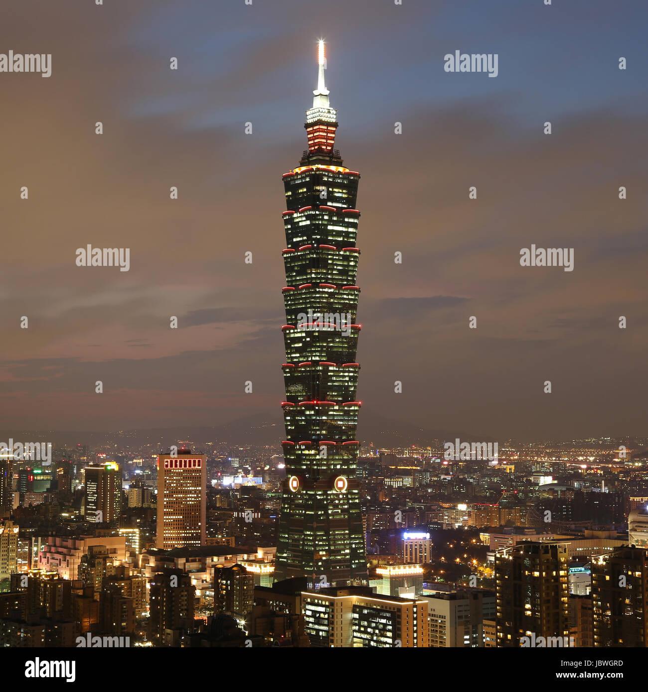 Taipeh Taiwan bei Nacht mit Taipei 101 Hochhaus - Stock Image