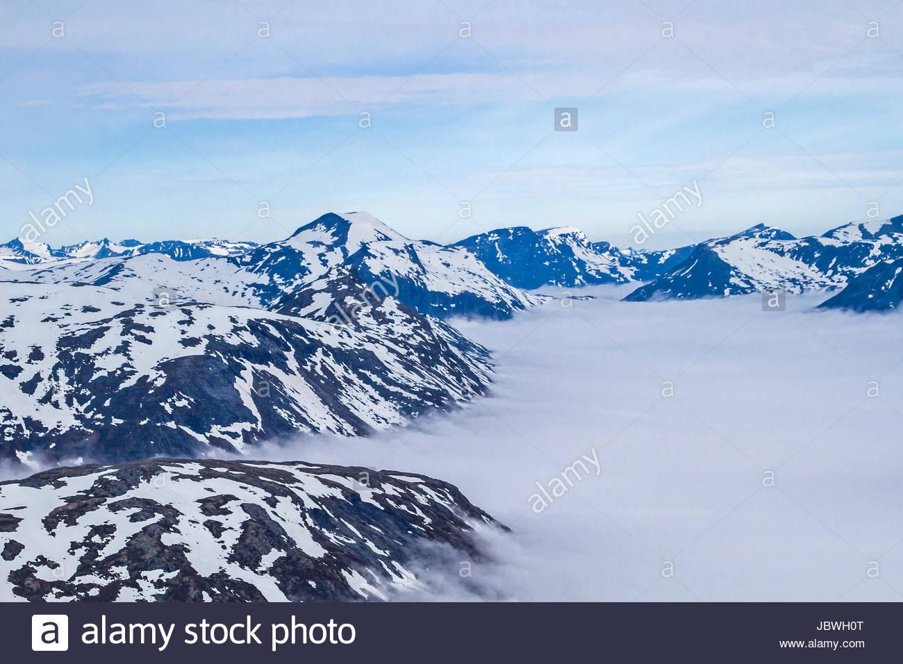 Die Dalsnibba ist ein Gipfel, der wegen der Aussicht auf den  Geirangerfjord, der hier  unter einer Wolkendecke Stock Photo