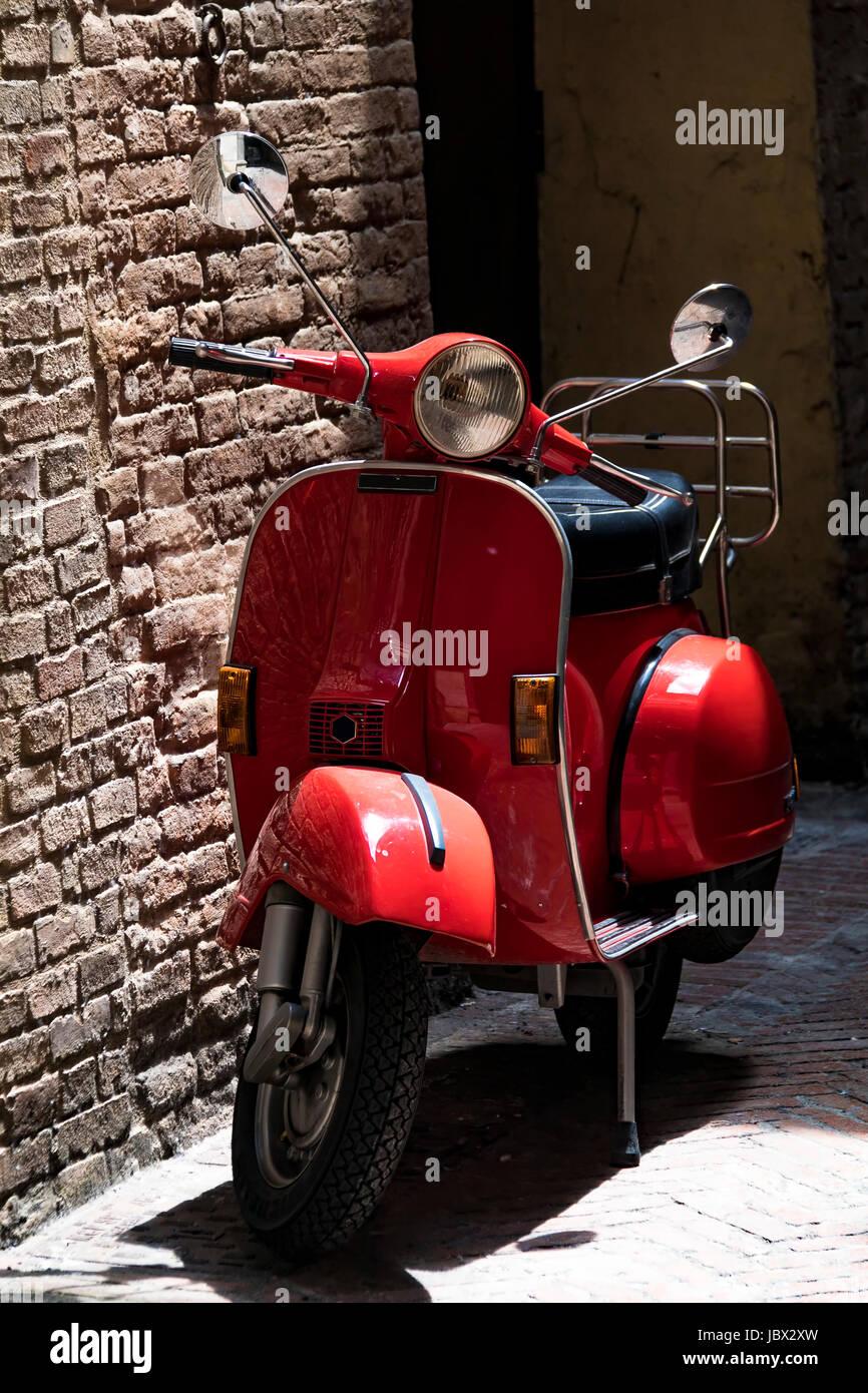 Red Italian vintage Vespa scooter Stock Photo: 145017233 - Alamy
