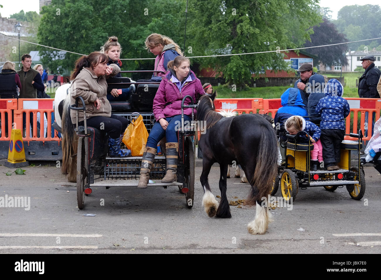 Women and children in a horse drawn cart at the Appleby Horse Fair - Stock Image