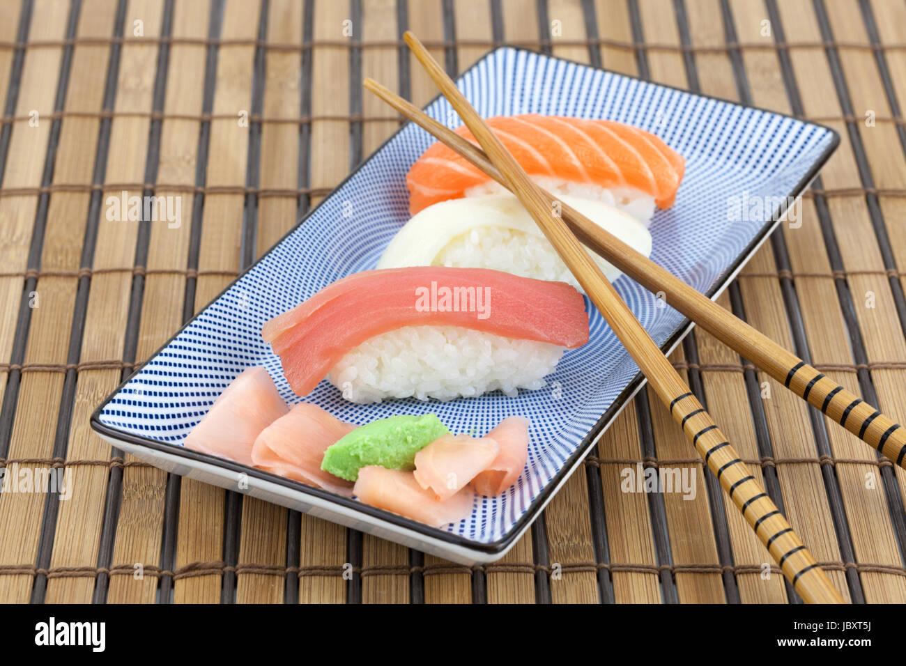 Japanisches Sushi Auf Einen Teller Mit Stabchen Stock Photo Alamy