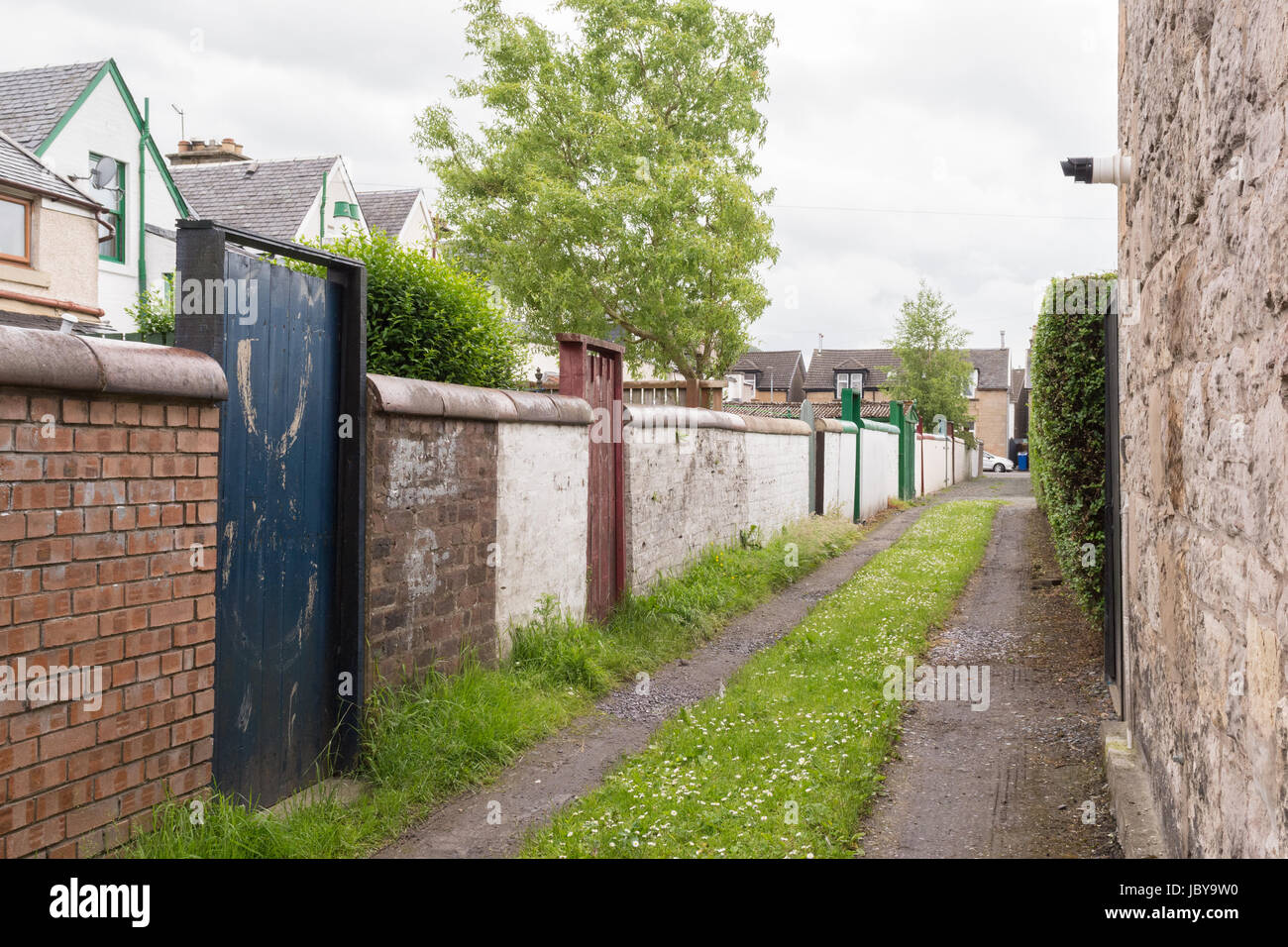 Narrow alley, passageway, alleyway in Dumbarton, Scotland, Uk - known as a vennel - Stock Image