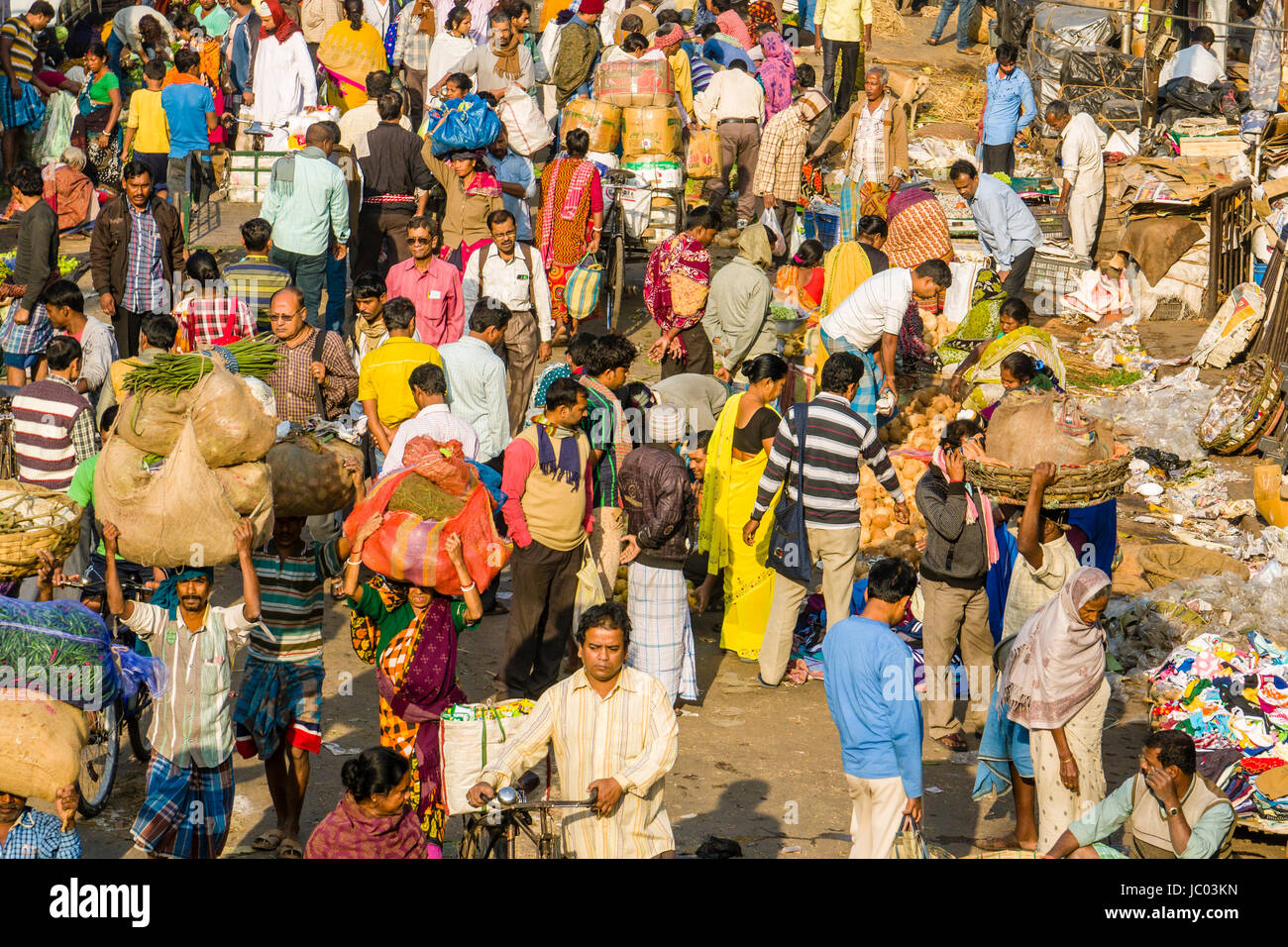 Many people on a busy market street in the suburb Sealdah - Stock Image