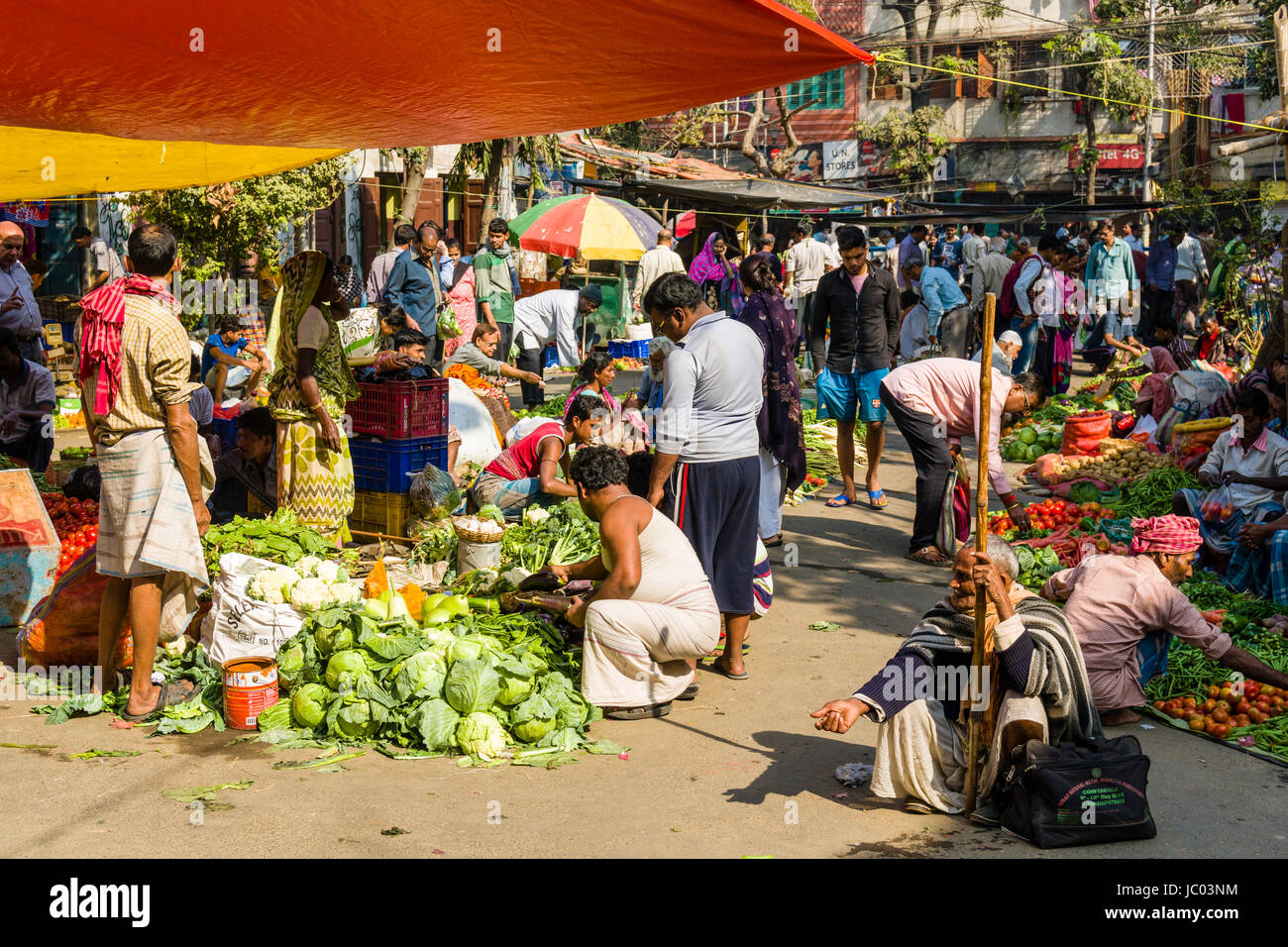 Many people on a busy vegetable market street in the suburb Sealdah - Stock Image