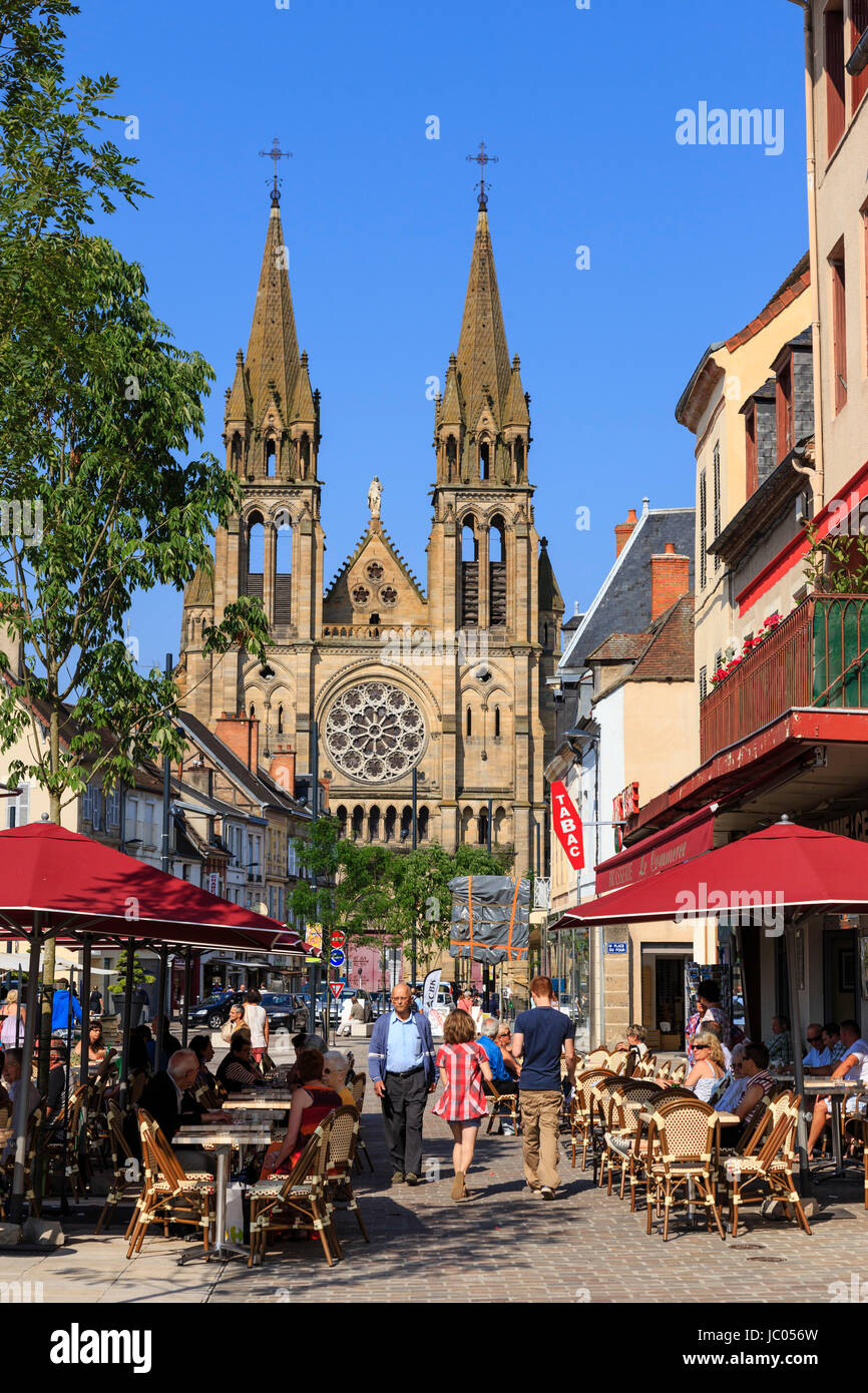 France, Allier (03), Moulins, la place d'Allier un jour de marché et l'église du Sacré-Coeur // France, Allier, Moulins, Allier Square a market day an Stock Photo