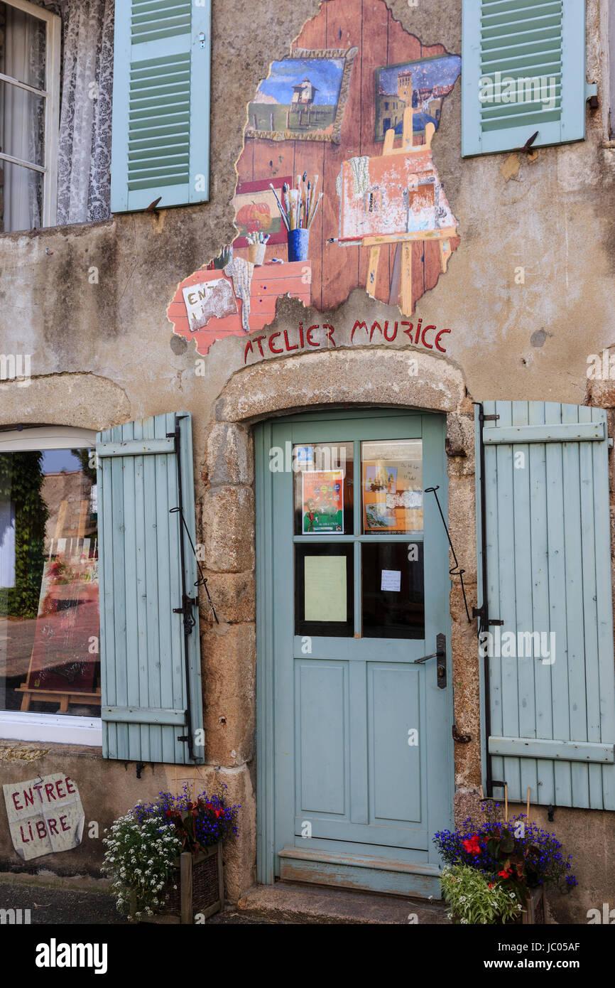 France, Allier (03), Châtel-Montagne, atelier de peintre dans le village // France, Allier, Chatel Montagne, - Stock Image