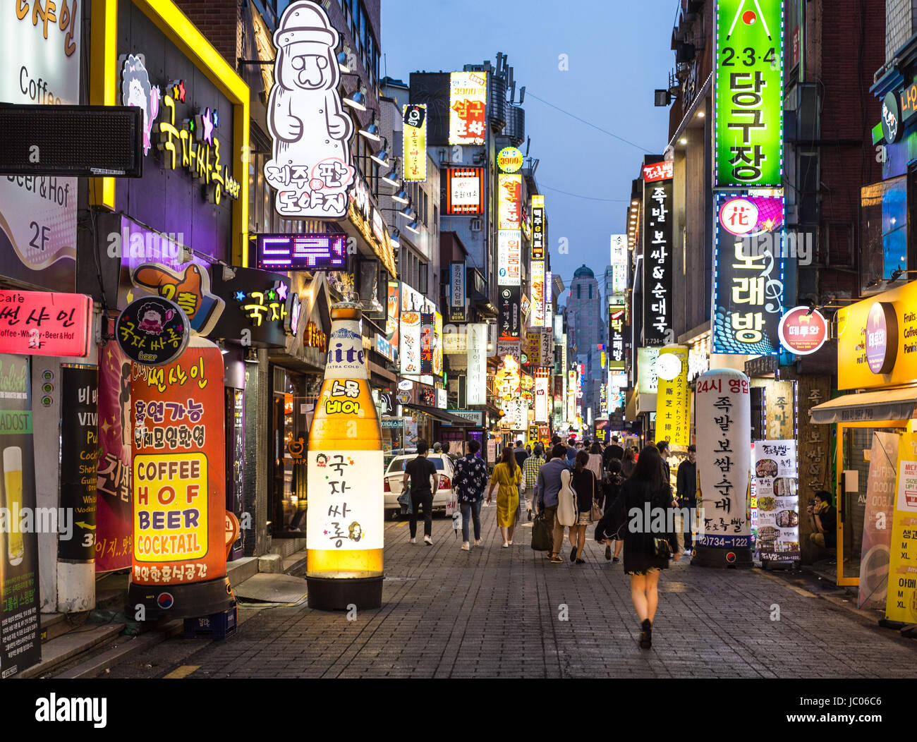 SEOUL, SOUTH KOREA - MAY 13: People wander in the busy streets of the Insadong entertainment district lined with - Stock Image