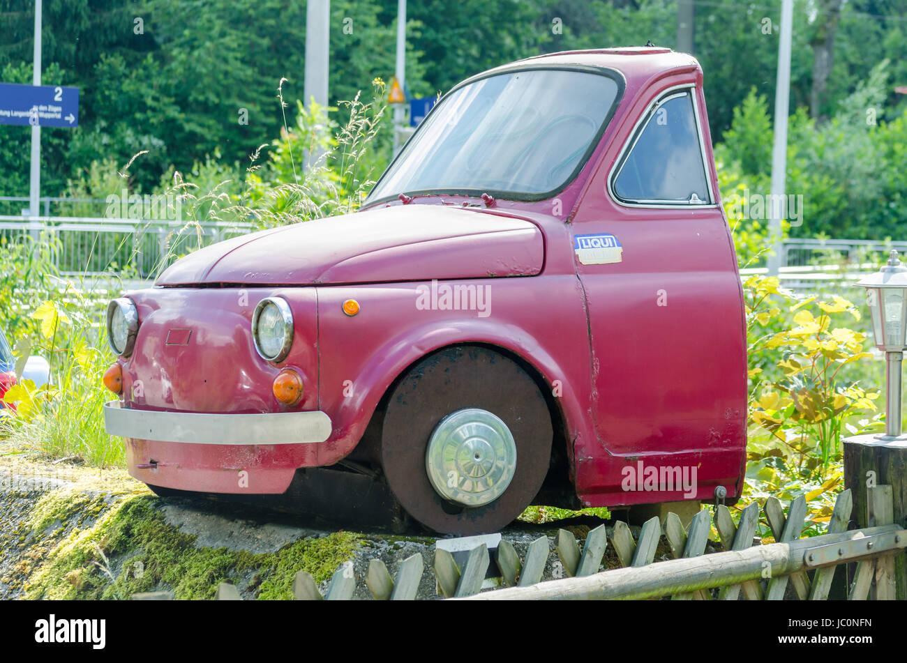 Essen,Germany - 13. Juni 2014:Halber roter Fiat 500 als Freisteller vor weißen Hintergrund.Halbes Auto hinter den Stock Photo