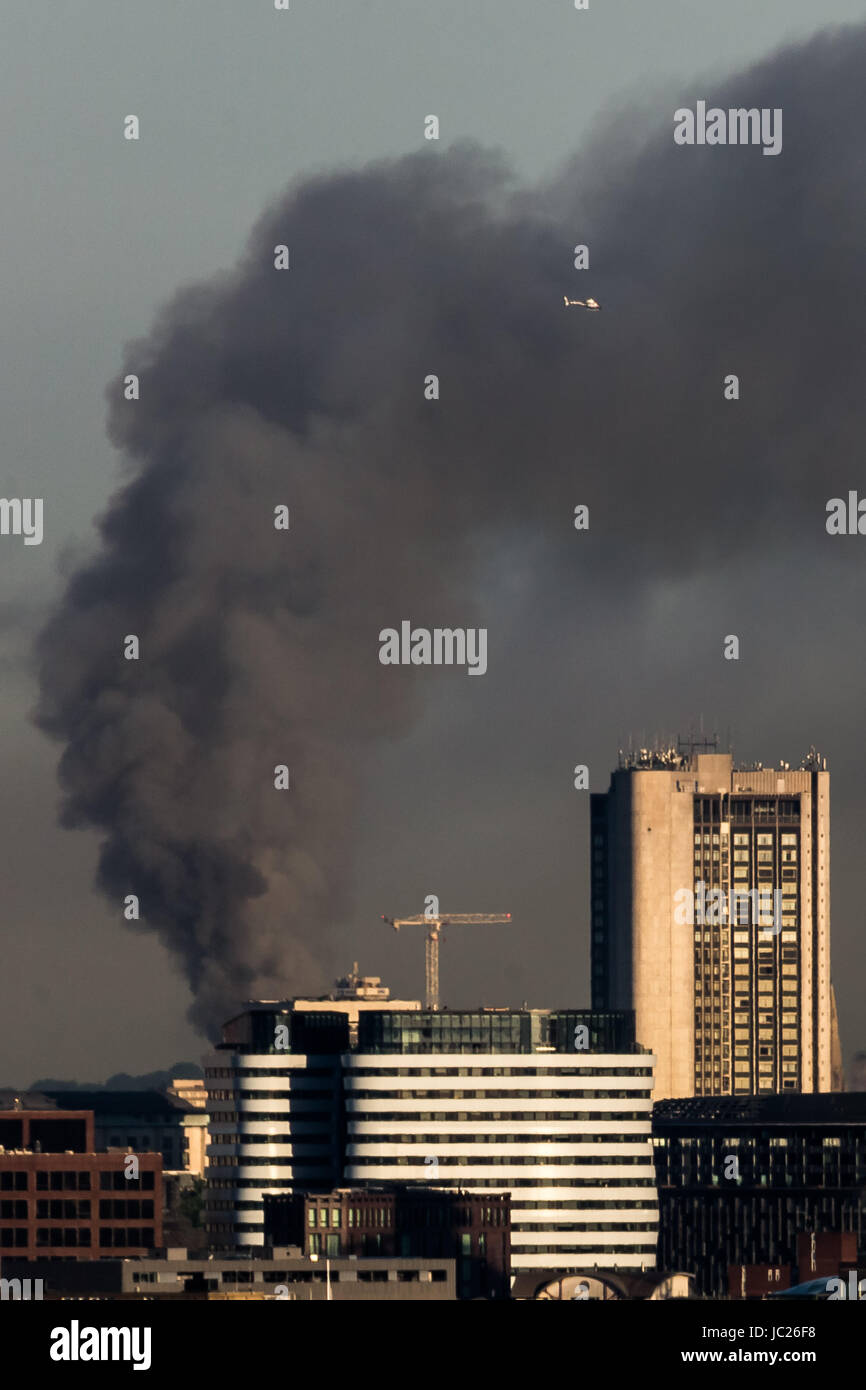 London, UK. 14th June, 2017. Huge fire at Grenfell Tower seen from south east London © Guy Corbishley/Alamy - Stock Image