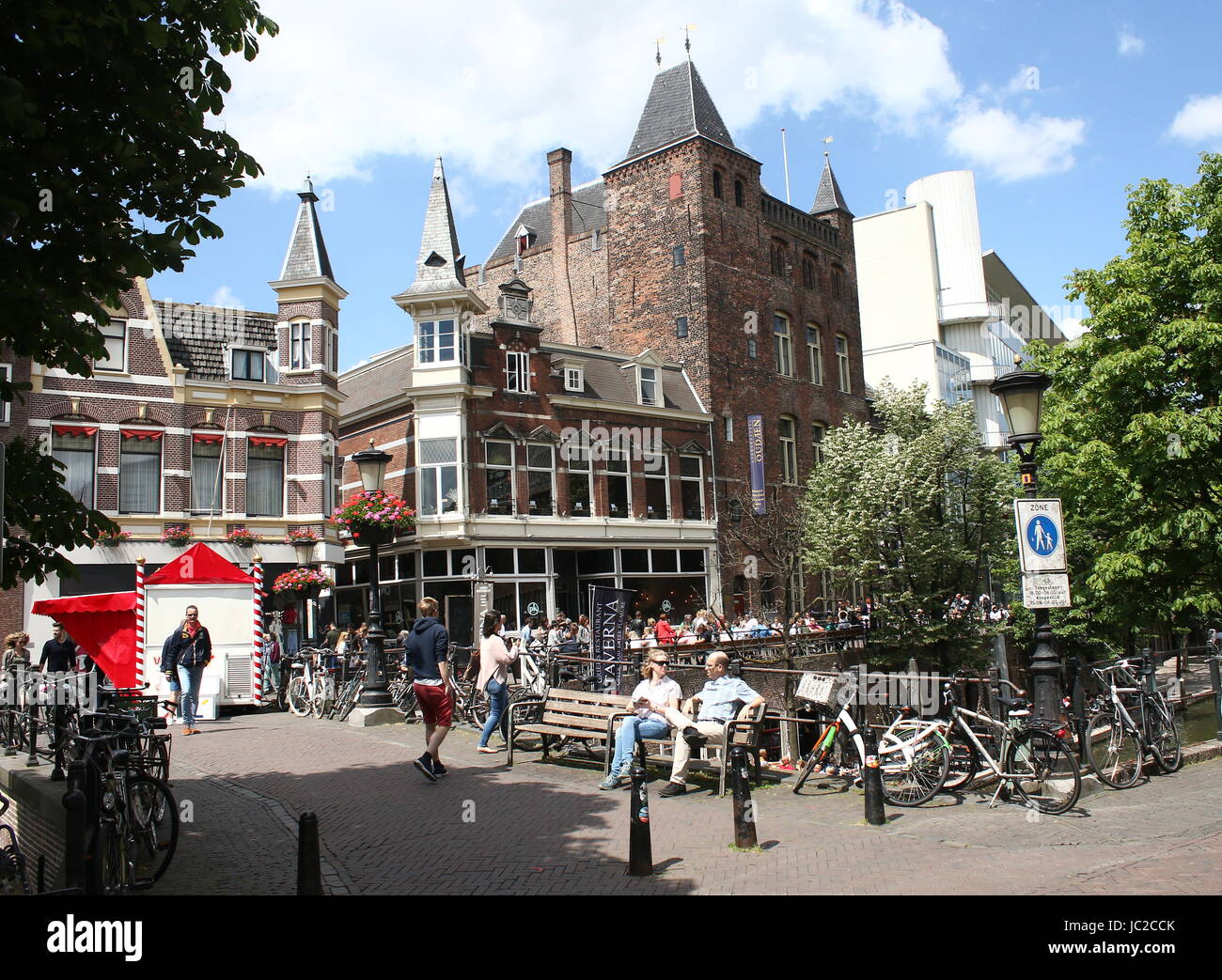 Oudegracht canal in the old inner city of Utrecht, The Netherlands with Medieval manor 'Stadskasteel Oudaen' - Stock Image