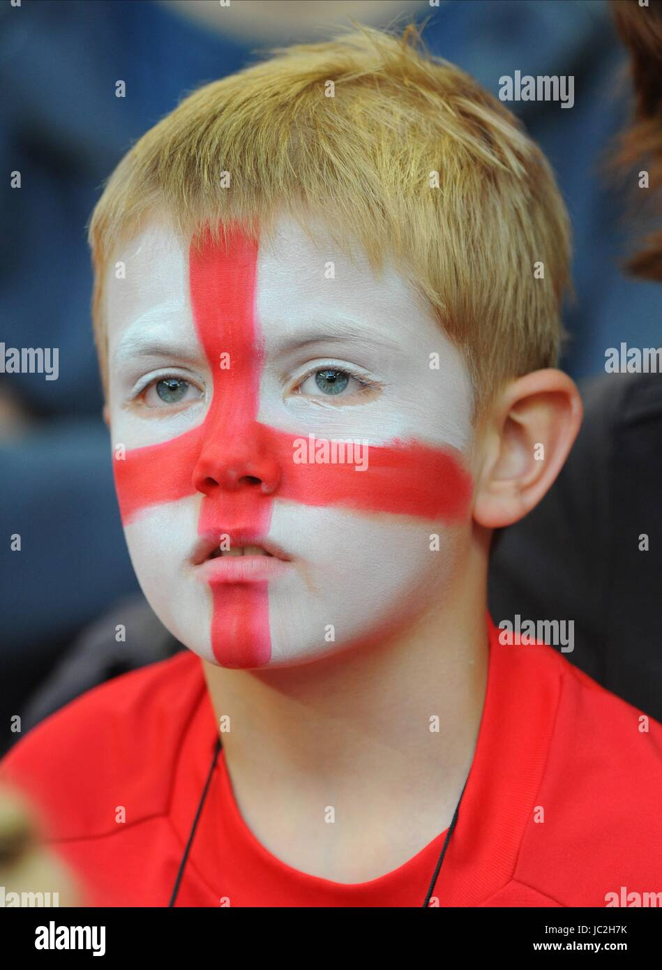 A YOUNG ENGLAND FAN WITH A PAI ENGLAND V HUNGARY WEMBLEY STADIUM LONDON ENGLAND 11 August 2010 - Stock Image