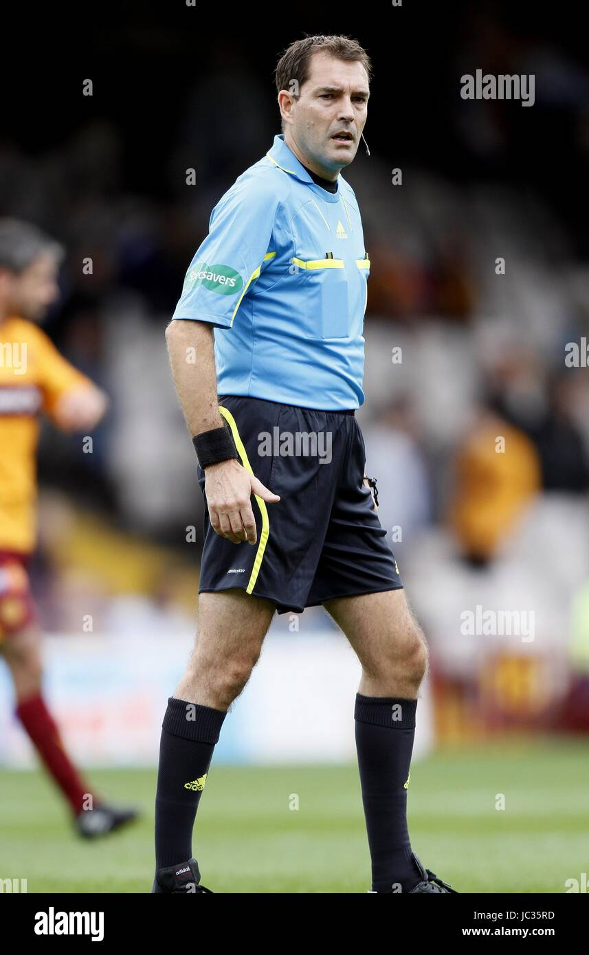 DOUGIE MCDONALD SCOTTISH FOOTBALL REFEREE SCOTTISH FOOTBALL REFEREE FIR PARK MOTHERWELL SCOTLAND 29 August 2010 Stock Photo